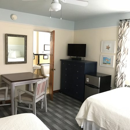 Zenneth Manor Inn : Second Floor Deluxe Double with 3.2 cuft fridge and dining area