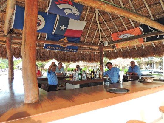 Playa Azul Golf, Scuba, Spa: Seafront bar with good drinks and friendly waiters.