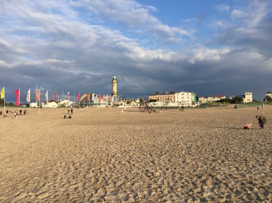 Warnem nde beach and the lighthouse picture of hotel for Gunstige hotels warnemunde