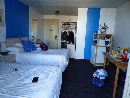 Foghorn Harbor Inn Hotel: notre chambre (nous étions 4) avec pt frigo et micro onde.