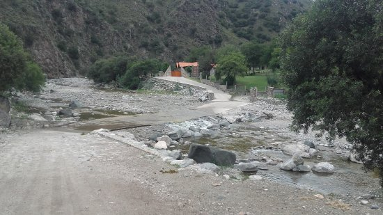 Nogolí, Argentina: Camino al hotel, baden que cruza el rio previo al ingreso al hotel, que es el porton al final de