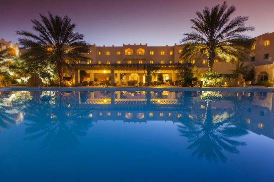 Hotel Sahara Douz: Piscine extérieure vue nocturne.