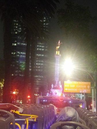 Paseo de la Reforma: El ángel y la fuente de la diana de noche