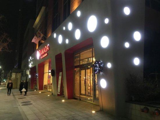 Ramada Seoul Dongdaemun : ホテル外観。水玉模様がかわいらしい。