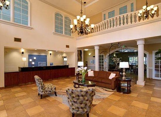 Holiday Inn Express Tampa North - Telecom Park: Lobby
