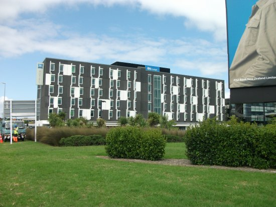 Ibis budget Auckland Airport : View from the road