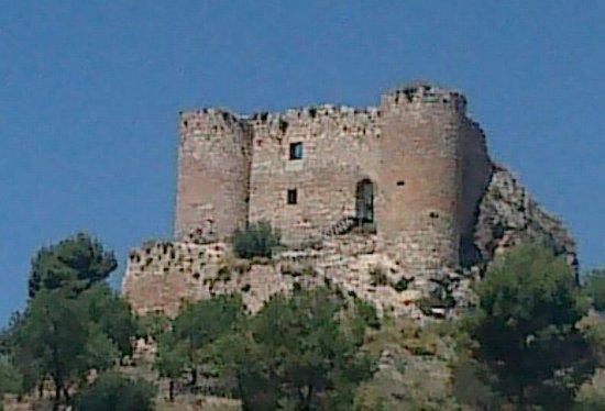 Huelma, สเปน: Vista del castillo y de la iglesia