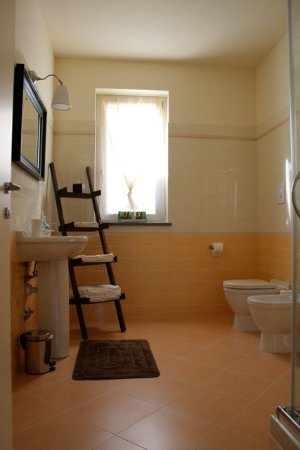 Trezzo Tinella, Italien: Ampio bagno privato