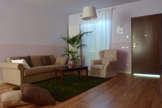 Trezzo Tinella, Italia: Salottino appartamento