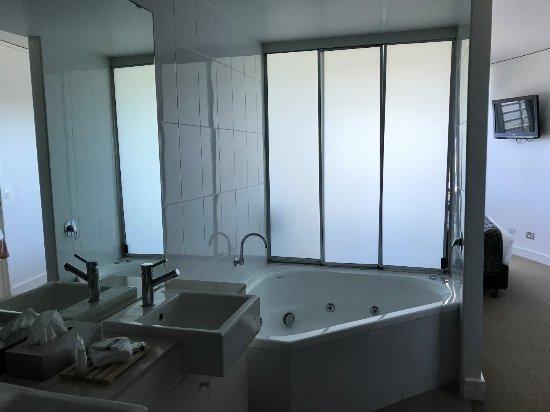 Manta Bargara Resort: Spa in master bedroom