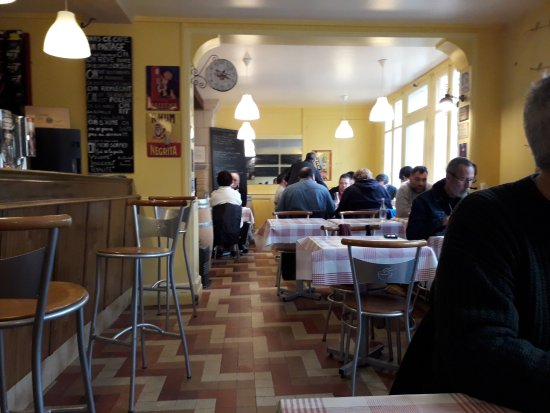 Huismes, فرنسا: Lunch at the cafe
