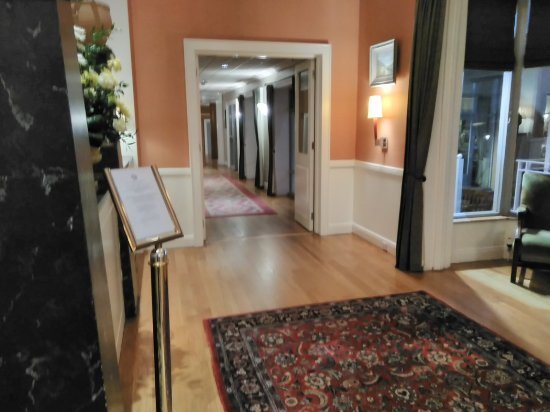 Downshire Arms Hotel: Entrance Hall
