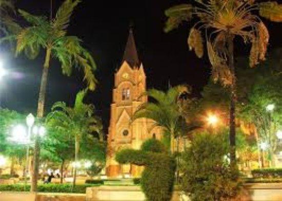 Angatuba, SP: Igreja Matriz vista noturna