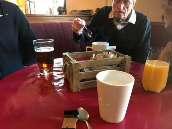 Rolleston on Dove, UK: Apple, orange and coffee drinks in the lounge