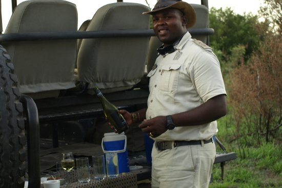 Savute Safari Lodge: Frank preparando unos tragos