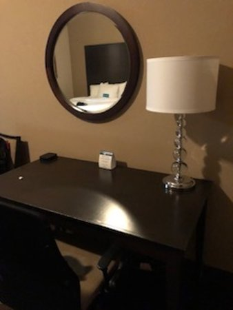Homewood Suites by Hilton Indianapolis-Downtown : Desk/vanity area