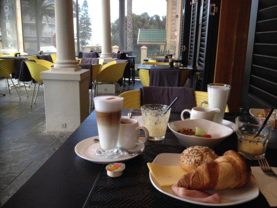 Cascades on the Promenade: Heerlijk ontbijten op het terras buiten