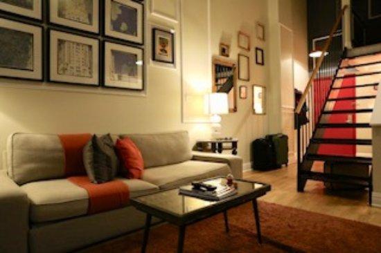 The Box House Hotel: Main living area with sleeper sofa