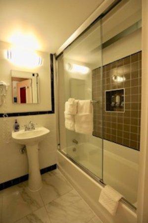 The Box House Hotel: Bathroom