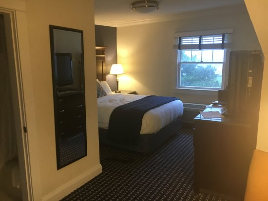 Newport Beach Hotel and Suites Bild