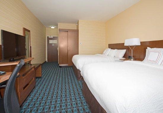Fairfield Inn & Suites by Marriott Burlington: Guest room