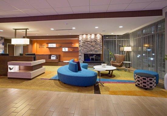 Fairfield Inn & Suites by Marriott Burlington: Lobby
