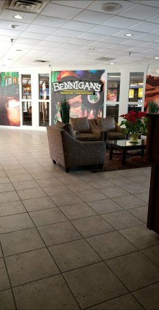 Clarion Hotel Conference Center South: The Bennigan's in the lobby serves amazing dishes at reasonable prices.
