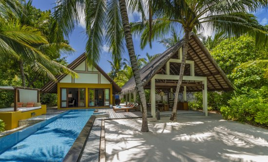 Landaagiraavaru Island: Beach Villa with Pool
