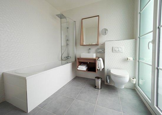 Salle de bain chambre avec baignoire - Photo de Mercure Brest Centre ...