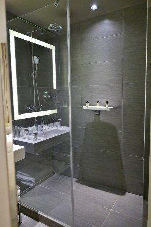 Bad mit XXL-Dusche - Picture of Pullman Brussels Centre Midi Hotel ... | {Dusche 73}