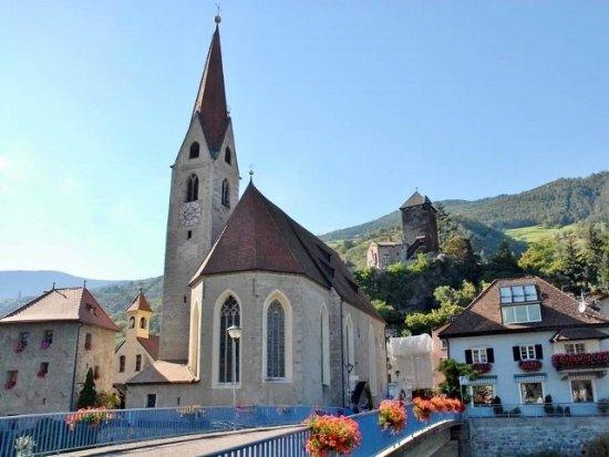 Кьюза, Италия: La chiesa all'ingresso del borgo