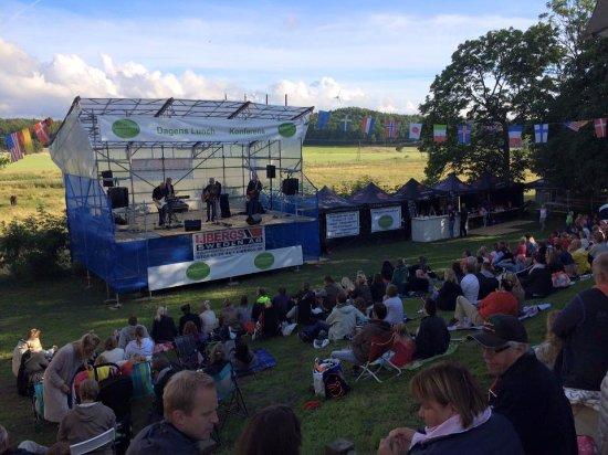 Odsmal, Suecia: Varje sommar har vi spelningar med olika artister,här kan ni se Tommy Nilsson kika in på vår hem