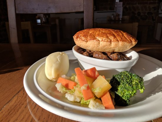 Tunstead, UK: Steak and Ale Pie served with mash and seasonal Vegetables