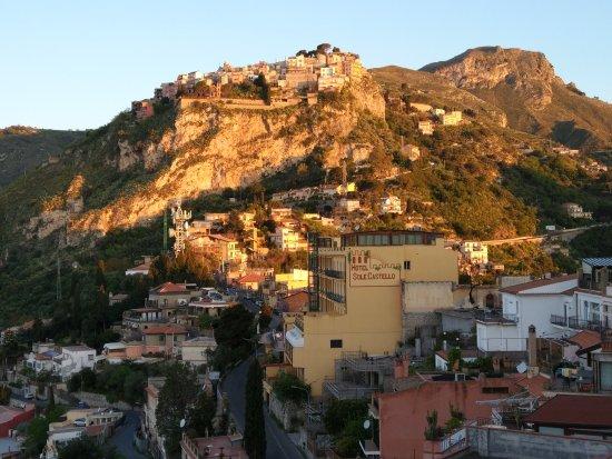 Castelmola, إيطاليا: Вид со стороны Таормины