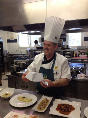 Sorges, France: Mr Pierre dans sa cuissine lors des cours (menu à la truffes avec remise des recettes)