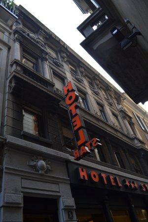 Hotel Star: La nostra stanza era quella in alto a sinistra tra le due colonne