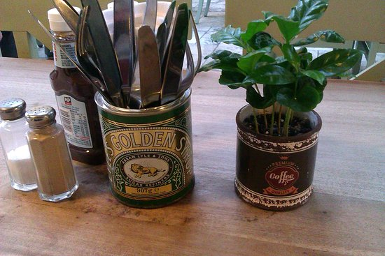 Woodborough, UK: Lyles Golden Syrup tins for cutlery