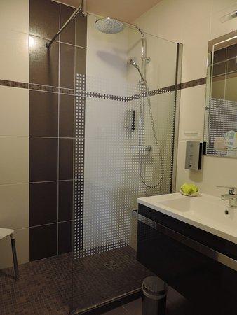 Mauriac, France : Salle de bain chambre 19
