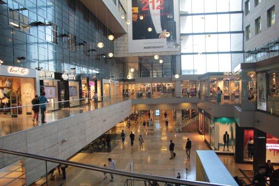 Interior centro comercial plaza central l 39 illa - Centro comercial illa diagonal ...