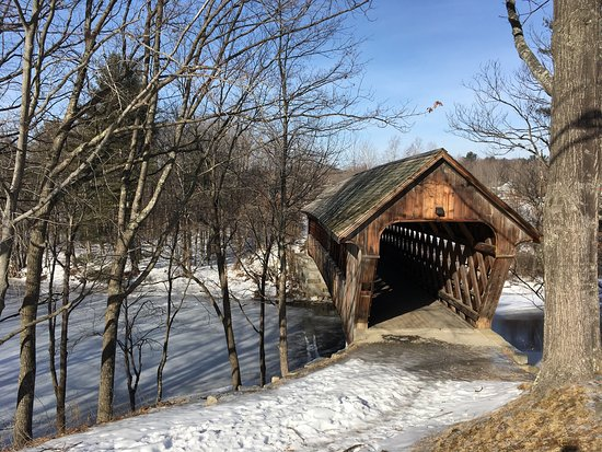 Henniker, Nueva Hampshire: Our meals and the local covered bridge.