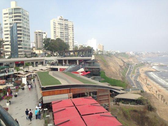 Ibis Larco Miraflores: Vista do litoral de Miraflores em Lima a partir do Shopping Lacomar.