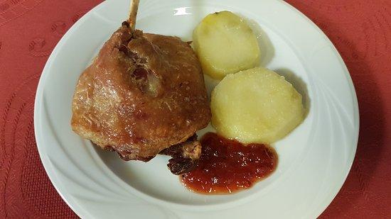 Zizur Mayor, Spain: Muslo de peto confitado con pimientos caramelizados.