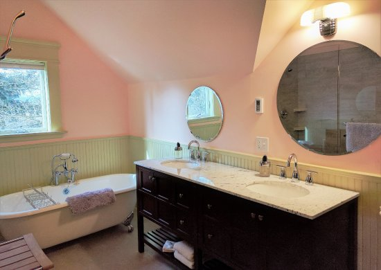 Evermore Guesthouse: Part of the Deluxe 3rd Floor Suite Bathroom