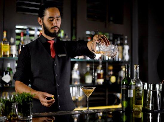 Four Seasons Hotel Singapore: One-Ninety Bar