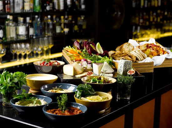 Four Seasons Hotel Singapore: Weekday L'Aperitivo Hour at One-Ninety Bar
