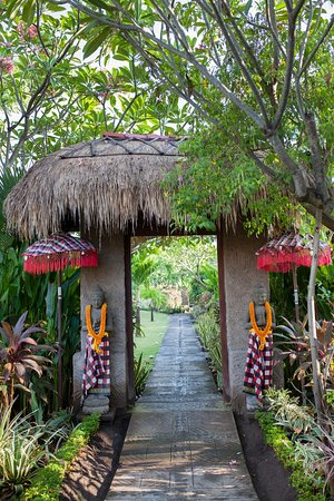 Taruna Homestay: tradisional gate on the garden
