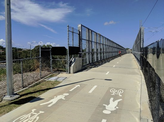 Moreton Bay Region, ออสเตรเลีย: Cycleway crossing over the Bruce Highway.