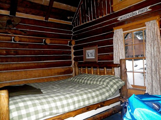 AMC Gorman Chairback Lodge and Cabins: Comfy beds with linens in #1 Bobcat