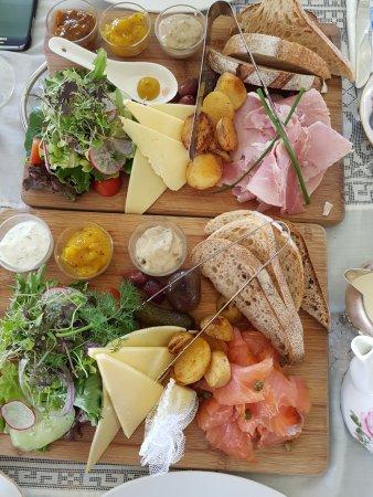 Tallebudgera, Australia: Salmon and Ham Ploughmans lunch - very enjoyable