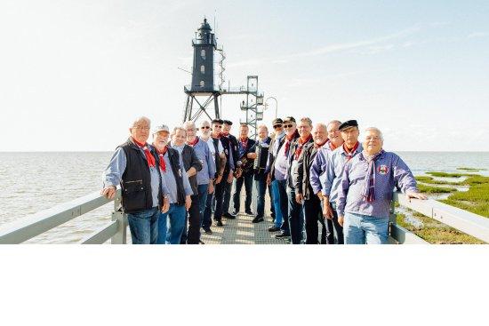 """Der """"Shantychor Dorum"""", die Jungs vom Nordseedeich am Leuchtturm Obereversand in Dorum-Neufeld"""